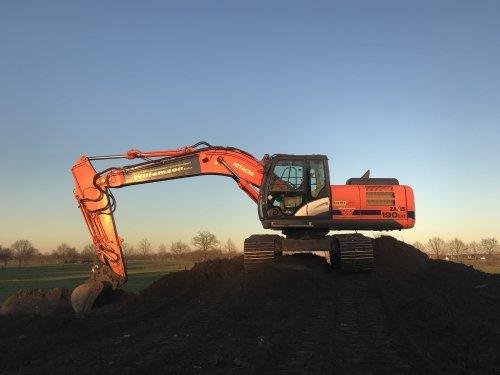 1 van onze 2 grote rupskranen op een groot sloop project van ons bedrijf op eigen dorp in de eerste lente zon