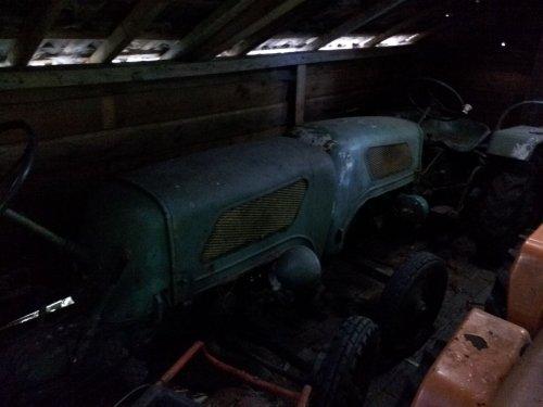 Foto van een Holder B 12 vandaag alle tractortjes maar eens binnen gezet zodat we plaats kunnen maken in de  garage voor de graafmachine