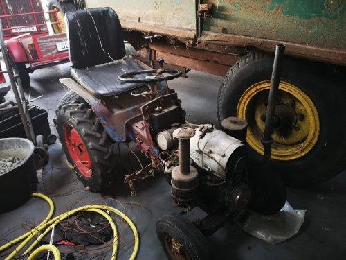 weet iemand wat deze tractor waard is het is een schuurvondst en kan verder op internet niks vinden het enige wat ik weet is dat de motor van een sachs D400L is verder heb ik een vermoeden dat hij uit de E8D holder komt