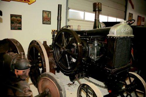 Foto van een HSCS MEZ 20 met Getriebe een Kühler van de MEZ 30/32, deze staat in de tractor museum in Paderborn