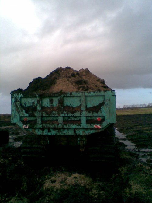 Foto van een IHI IC 100, bezig met dumperen. mooi vracht grond .. Geplaatst door john-deere-1979 op 13-12-2011 om 22:32:31, op TractorFan.nl - de nummer 1 tractor foto website.