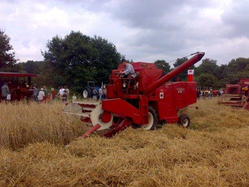 Foto van een International Harvester Onbekend, bezig met maaidorsen.. Geplaatst door wiegehts op 12-08-2008 om 19:09:08, met 2 reacties.