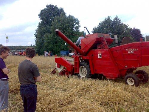 Foto van een International Harvester Onbekend, bezig met maaidorsen.. Geplaatst door wiegehts op 12-08-2008 om 19:09:41, met 2 reacties.