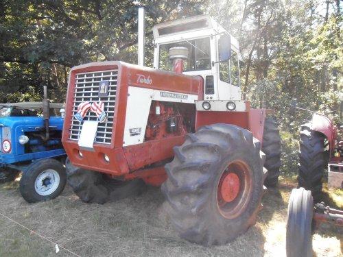 Foto van een International 4166,  bezig met poseren tijdens oldtimer show ravels.. Geplaatst door pieter523 op 19-08-2012 om 14:02:41, op TractorFan.nl - de nummer 1 tractor foto website.
