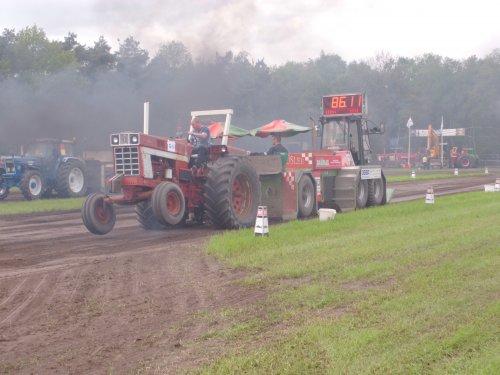 Foto van een International 66-serie, bezig met trekkertrekken.  trekkertrek hoogeloon 09-05-2013. Geplaatst door eddyscania op 10-05-2013 om 19:55:24, op TractorFan.nl - de nummer 1 tractor foto website.
