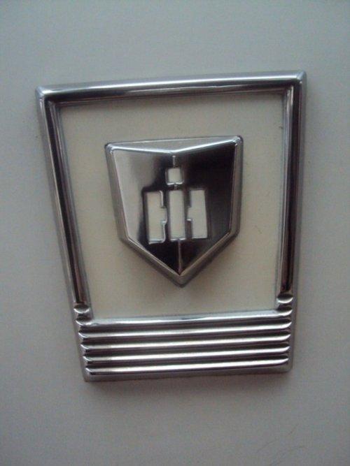Foto van een International Logo (overig), bezig met poseren. Waar zou dit IH logo op thuishoren? :P. Geplaatst door IHC-power op 05-12-2014 om 19:16:57, met 5 reacties.
