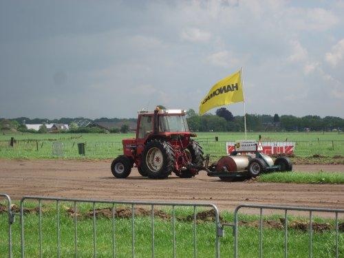 Foto van een International 585. Geplaatst door jordi 1455 op 28-08-2017 om 22:31:26, op TractorFan.nl - de nummer 1 tractor foto website.