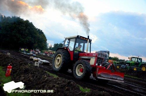 Foto van een International 1246 bezig met keienleuren op keientrek Gastel 2017. Geplaatst door unimog_kevin op 09-09-2017 om 00:24:27, op TractorFan.nl - de nummer 1 tractor foto website.
