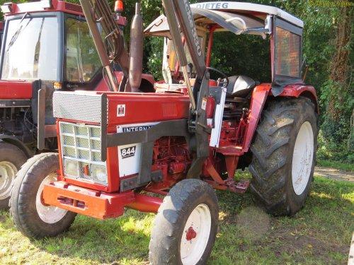 Foto van een International 844 , Wilsum dld 24-07-2017. Geplaatst door oldtimergek op 03-10-2017 om 19:04:57, op TractorFan.nl - de nummer 1 tractor foto website.