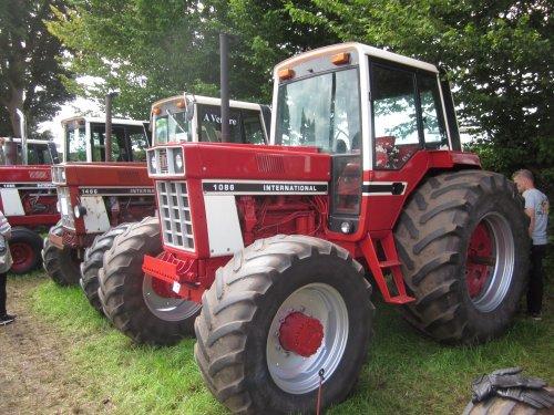 Foto van een International 1086. Geplaatst door jordi 1455 op 06-12-2017 om 22:47:18, op TractorFan.nl - de nummer 1 tractor foto website.
