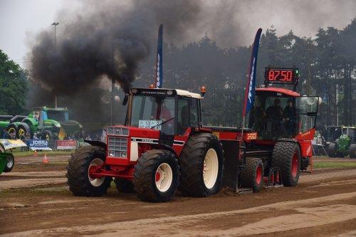 Foto van een International 1055. Geplaatst door jd7920 op 17-05-2018 om 20:08:06, op TractorFan.nl - de nummer 1 tractor foto website.
