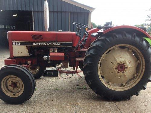 Foto van een International 533. Geplaatst door MF65 op 18-08-2018 om 19:26:39, op TractorFan.nl - de nummer 1 tractor foto website.