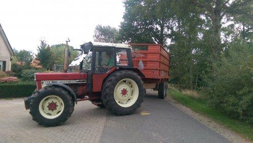 Foto van een International 844 Tijdens onze Hakseldag.   ---> Haksel'n in de heide. Geplaatst door velsje op 12-09-2018 om 19:35:54, op TractorFan.nl - de nummer 1 tractor foto website.
