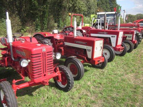 Foto van een International 323. Geplaatst door jordi 1455 op 30-10-2018 om 21:47:13, op TractorFan.nl - de nummer 1 tractor foto website.