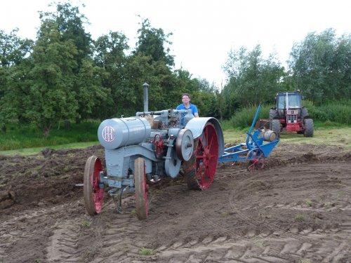 Foto van een International Titan, met op de 8ergrond een 1046. Geplaatst door 1046 op 06-11-2018 om 21:46:39, op TractorFan.nl - de nummer 1 tractor foto website.