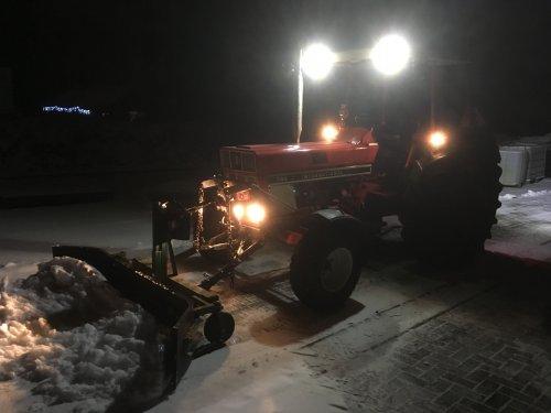 Foto van een International 744 druk bezig met sneeuwschuiven.. Geplaatst door Fast Eddy op 26-01-2019 om 09:50:23, op TractorFan.nl - de nummer 1 tractor foto website.