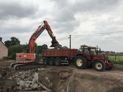 Laatste beton wegrijden van de gesloopte stal. Beton is net over de grens in Nederland gekapt bij een Breekinstallatie. Morgen aanvullen met zand en in lagen verdichten. Maandag starten ze met de bouw van paardenstallen.