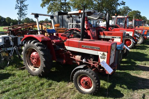 Foto van een International 323. Geplaatst door jordi 1455 op 04-10-2019 om 23:26:49, op TractorFan.nl - de nummer 1 tractor foto website.
