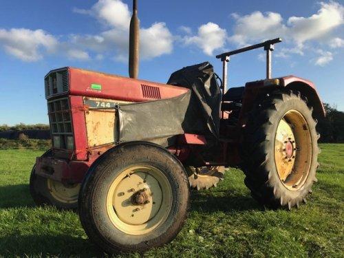 Foto van een International 744 Te koop: 3.450,--- voor bezichtiging bel: 0652364184. Geplaatst door Roel Valkering op 02-12-2019 om 14:16:05, op TractorFan.nl - de nummer 1 tractor foto website.
