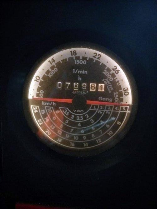 Foto van de tellerklok van de legergroene International 743 XL. Geplaatst door A.H.S. op 23-02-2020 om 10:13:08, met 34 reacties.