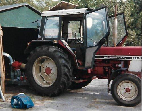 Foto van een International 844 S Uit de oude doos. De enige niet-blauwe tractor die we hebben gehad (om mee te werken).