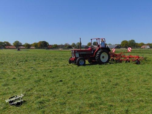 Foto van een International 844 S, druk met de 1e snede van 2020 schudden!. Geplaatst door Han745XL op 10-05-2020 om 22:50:09, op TractorFan.nl - de nummer 1 tractor foto website.