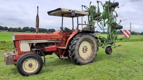 Foto van een International 844 S met deze combinatie kom je de dag wel door 👍. Geplaatst door Jeroen745 op 17-07-2020 om 13:00:43, op TractorFan.nl - de nummer 1 tractor foto website.