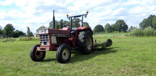 Foto van een International 644 vanmiddag paar stukjes land uitgemaait, kan die mooi aan sleuren. Geplaatst door jirmo850 op 29-07-2020 om 23:10:42, op TractorFan.nl - de nummer 1 tractor foto website.