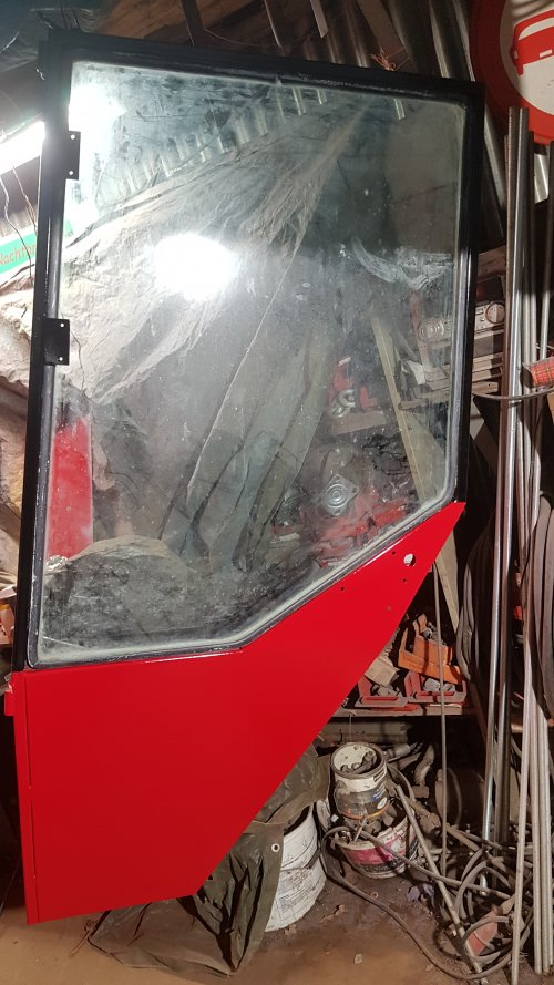 Foto van een International 1246, weer een stapje verder met het opknappen van de cabine. Inmiddels de deuren geschuurd en gespoten. En het rode gedeelte van het voorraam gespoten.
