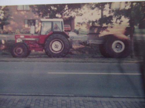 Foto van een International 1246, foto van 1978 was ik met de 1246 aan het zand rijden in het dorp. s'avonds de trekker voor het huis parkeren. Foto ingescand vanuit album.