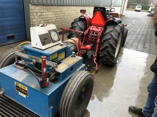 Foto van een International 533 vandaag de tractor even laten inlopen op de waterrem en op het eind even het vermogen getest. 38pk op de aftakas en omgerekend 47 pk op de motor. Dus dat is keurig.   Hier een filmpje van het brullen voor de waterrem https://youtu.be/aA2jpLE3O-E