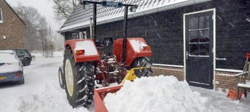 Foto van een International 644, na de glijpartij nog weer een beetje sneeuw weg geschoven. Geplaatst door jirmo850 op 07-02-2021 om 21:24:22, met 2 reacties.