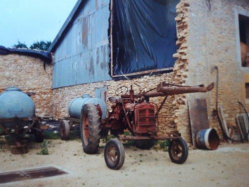 Foto van een Farmall FC-D, vakantiefoto uit 1992 in Frankrijk.. Geplaatst door holderb51 op 01-03-2021 om 15:13:10, met 10 reacties.