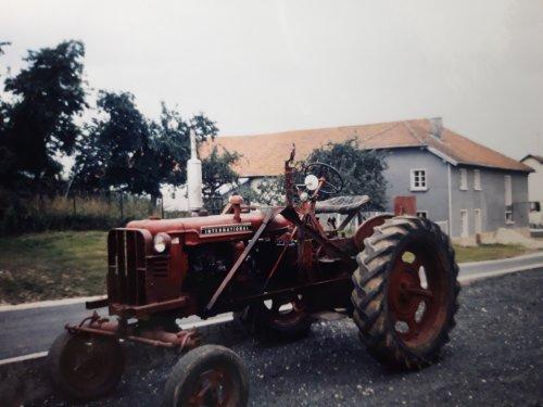 Foto van een Farmall. Wie weet het type? Vakantiefoto uit 1992, gemaakt in de Franse Ardennen.. Geplaatst door holderb51 op 02-03-2021 om 17:20:40, met 4 reacties.