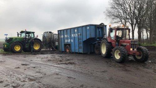 Foto van een International 845 XL en een John Deere 6215R tijdens het bouwland bemesten.. Geplaatst door gido-lugies op 18-05-2021 om 11:53:36, op TractorFan.nl - de nummer 1 tractor foto website.