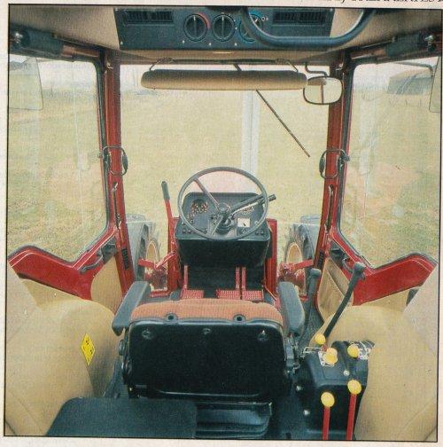 Foto van een International 856 XL Cabine interieur Ik heb een boerderij trekkertest geplaatst van de International 856XLA de test is van 1985. Zie de volgende link https://www.tractorfan.nl/doc/834/  Er werd al eerder de test aangehaald op TF zie de volgende link https://www.tractorfan.nl/picture/1420087/