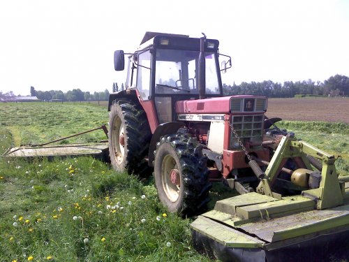 Foto van een International 1046, bezig met gras maaien.. Geplaatst door jaspercasedriver op 07-05-2009 om 12:51:47, met 15 reacties.