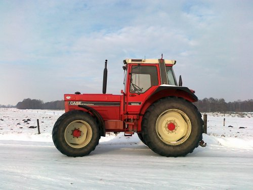 Foto van een International 1255 XL, bezig met poseren.. Geplaatst door jwnijland op 30-01-2011 om 13:58:53, met 7 reacties.