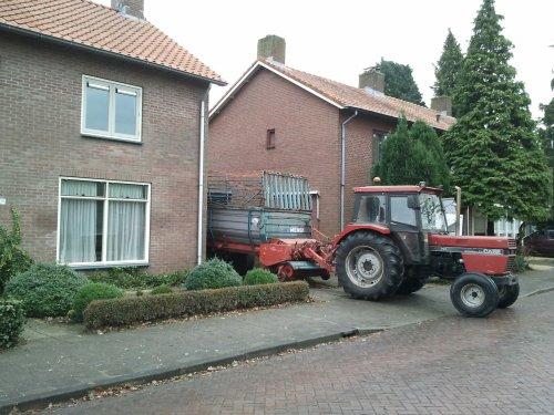 Foto van een International 743, bezig met gras inkuilen.. Geplaatst door inter1246 op 08-03-2011 om 11:15:44, met 4 reacties.