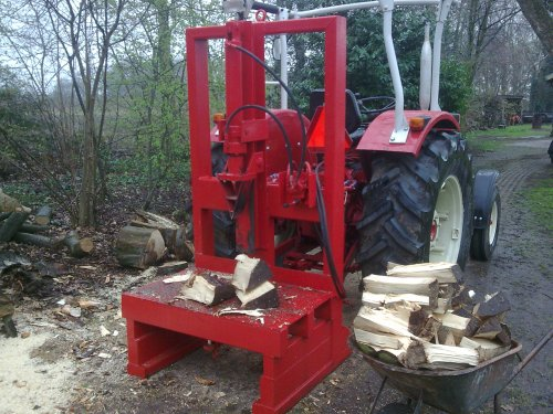 Foto van een International 633, bezig met poseren. met de kloofmachine, bijna alle hout nu gekloofd. Geplaatst door sebas-casepower op 30-03-2011 om 18:31:54, met 13 reacties.