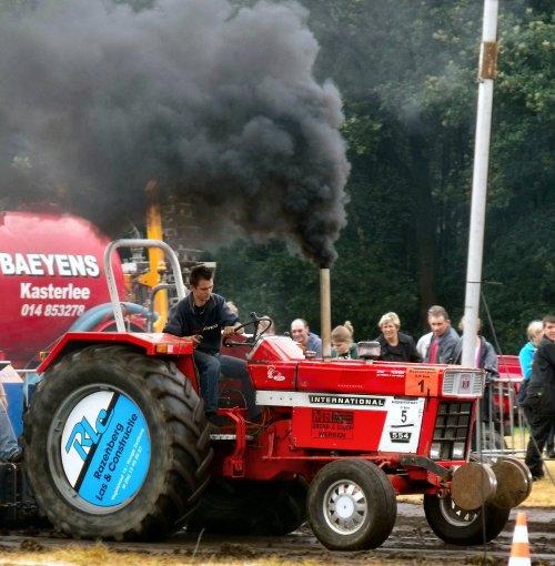 Foto van een International 554, bezig met trekkertrekken. Belske op trekkertrek Zevendonk 2011. Mooi roken met dat ding in de 3,5 ton boerensport en prijs!