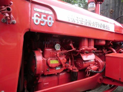 Foto van een International D 650, bezig met poseren. Aan deze kant zit het diesel gebeuren, hier loopt de motor op als de motor warm is.