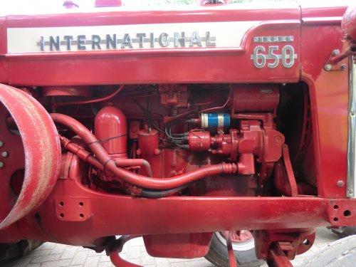 Foto van een International D 650, bezig met poseren. Aan deze kant van de motor zit het start gebeuren, met bobine, bougies, verdeler en carburateur.