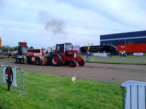 Foto van een International 886, druk bezig met Tractorpulling tijdens de trekkertrek in Culemborg.. Geplaatst door gypCaseXL op 30-04-2013 om 15:32:19, op TractorFan.nl - de nummer 1 tractor foto website.