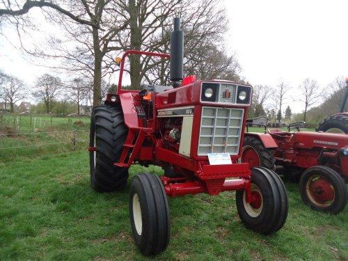 Foto van een International 886, bezig met poseren .in Drenthe foto van cor.. Geplaatst door warmerbros op 04-05-2013 om 21:37:59, op TractorFan.nl - de nummer 1 tractor foto website.