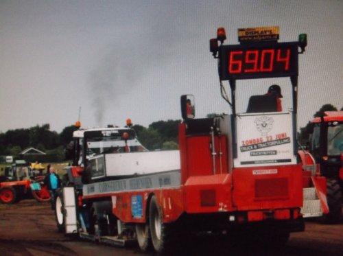 Foto van een International 955, bezig met trekkertrekken.. Geplaatst door hvelt op 22-08-2013 om 10:12:18, op TractorFan.nl - de nummer 1 tractor foto website.