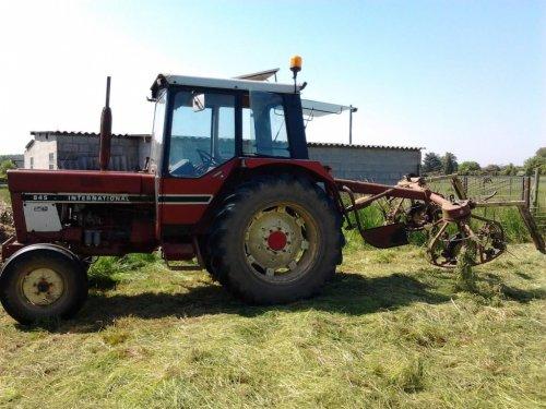 International 845, bezig met gras schudden.. Geplaatst door BrechtFendtCase op 17-10-2013 om 18:46:15, op TractorFan.nl - de nummer 1 tractor foto website.