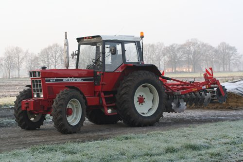Foto van een International 1255, groen bemester onderwerken met schijveneg. Geplaatst door inter-franske op 22-12-2013 om 16:26:39, met 4 reacties.