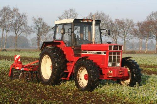 Foto van een International 1255, bezig met het onderwerken van de groenbemester. Geplaatst door inter-franske op 22-12-2013 om 16:30:50, met 6 reacties.