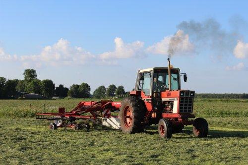 Foto van een International 886 van melkveebedrijf Feikema bezig met gras harken.. Geplaatst door Claas fan op 16-06-2014 om 16:49:15, met 2 reacties.